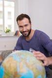 Szczęśliwy pomyślny mężczyzna planuje wakacje Obrazy Stock