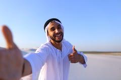Szczęśliwy portret męski arab standi który uśmiecha się życie i raduje się, Fotografia Royalty Free
