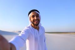 Szczęśliwy portret męski arab standi który uśmiecha się życie i raduje się, Obrazy Royalty Free