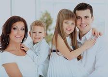 szczęśliwy portret rodzinny dzieci w rękach rodzice Zdjęcia Stock