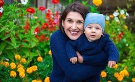 szczęśliwy portret rodzinny Kobieta outdoors i dziecko Obraz Royalty Free