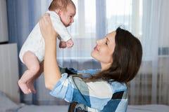szczęśliwy portret rodzinny nowonarodzona dziecko kobieta Fotografia Royalty Free