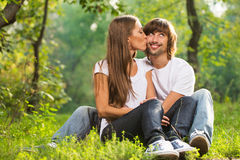 Szczęśliwy potomstw pary całowanie plenerowy obraz royalty free