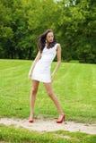 Szczęśliwy potomstwo model w białej seksownej sukni zdjęcie royalty free