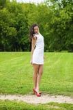 Szczęśliwy potomstwo model w białej seksownej sukni obraz stock