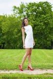 Szczęśliwy potomstwo model w białej seksownej sukni obrazy royalty free