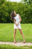 Szczęśliwy potomstwo model w białej seksownej sukni obrazy stock