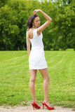 Szczęśliwy potomstwo model w białej seksownej sukni zdjęcie stock