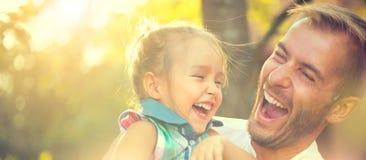 Szczęśliwy potomstwo ojciec z jego małą córką obraz stock