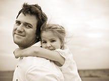 Szczęśliwy potomstwo ojciec z małą córką Zdjęcia Royalty Free