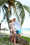 Szczęśliwy potomstwo pary całowanie na plaży obrazy royalty free