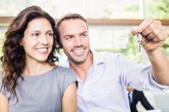Szczęśliwy potomstwo pary mienia nowego domu klucz Zdjęcia Royalty Free