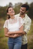 Szczęśliwy potomstwo pary obejmowanie przy gospodarstwem rolnym obraz stock
