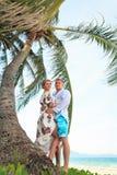 Szczęśliwy potomstwo pary przytulenie na plaży zdjęcia royalty free