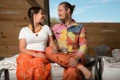 Szczęśliwy potomstwo pary uprawiać ziemię Zdjęcie Royalty Free