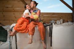 Szczęśliwy potomstwo pary uprawiać ziemię Obrazy Stock