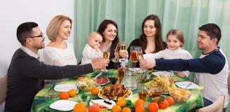 Szczęśliwy pozytywny multigenerational rodzinny obsiadanie przy wakacje stołem Obraz Royalty Free