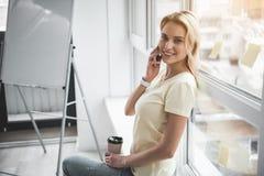 Szczęśliwy pracownik komunikuje podczas kawowej fermaty zdjęcie stock