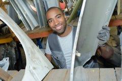 Szczęśliwy pracownik w garażu Obrazy Royalty Free