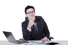 Szczęśliwy pracownik wyobraża sobie coś Zdjęcia Stock