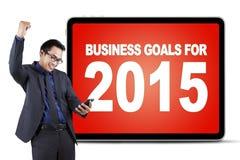 Szczęśliwy pracownik z telefonem komórkowym i biznesowymi celami Zdjęcie Stock