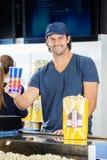 Szczęśliwy pracownika mienia napój Przy Kinową koncesją Fotografia Royalty Free