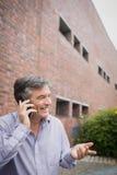 Szczęśliwy profesor opowiada na telefonie obrazy stock