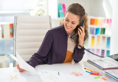 Szczęśliwy projektant mody w biurowym opowiada telefonie zdjęcie stock