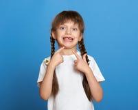 Szczęśliwy przegrany ząb dziewczyny portret, pracowniany krótkopęd na błękitnym tle Zdjęcia Royalty Free