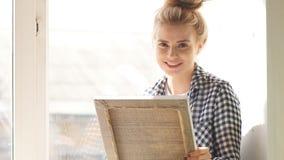 Szczęśliwy przyjemny jasnogłowy cieszący się jej hobby zdjęcie wideo