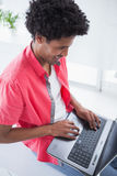 Szczęśliwy przypadkowy biznesmen używa laptop Obraz Royalty Free