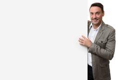 Szczęśliwy przypadkowy biznesowy mężczyzna z pustą reklamową deską obrazy stock
