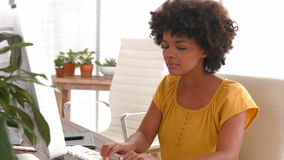 Szczęśliwy przypadkowy bizneswoman używa komputer zbiory wideo