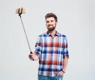 Szczęśliwy przypadkowy mężczyzna robi selfie fotografii Obrazy Stock