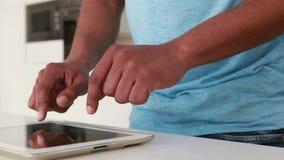 Szczęśliwy przypadkowy mężczyzna używa cyfrową pastylkę zdjęcie wideo