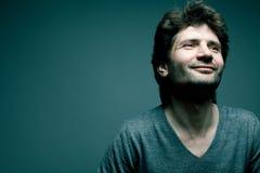 Szczęśliwy przystojny dorośleć mężczyzna w szarym pulowerze Zdjęcie Stock