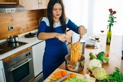 Szczęśliwy Radosny Macierzysty kucharstwo makaron pojęcia zdrowe jedzenie fotografia stock