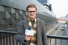 Szczęśliwy reporter prowadzi raport na kamerze na ulicie fotografia royalty free