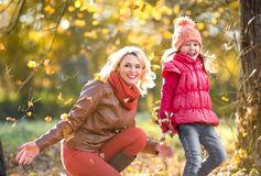 Szczęśliwy rodzica i dzieciaka plenerowy bawić się z jesienią Zdjęcia Royalty Free