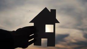 Szczęśliwy rodzina domu styl życia budowy pojęcie Mężczyzny mienia dom papierowy dom w jego rękach przy zmierzch sylwetką zbiory wideo