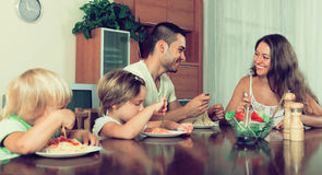 Szczęśliwy rodzina składająca się z czterech osób ma lunch Obraz Stock