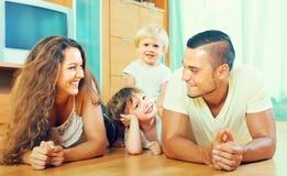 Szczęśliwy rodzina składająca się z czterech osób w domu obrazy royalty free
