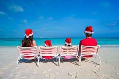 Szczęśliwy rodzina składająca się z czterech osób w Santa kapeluszu na lecie Zdjęcia Stock