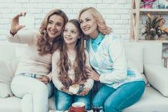 Szczęśliwy Rodzinny Świętuje w domu i Bierze Selfie zdjęcie royalty free