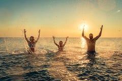 Szczęśliwy rodzinny bawić się w morzu zdjęcie royalty free