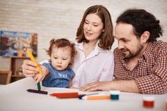Szczęśliwy Rodzinny Bawić się z dzieckiem w domu obraz royalty free