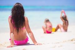 Szczęśliwy rodzinny bawić się z plażowymi zabawkami na tropikalnym wakacje Zdjęcia Royalty Free