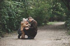 Szczęśliwy rodzinny bawić się z psiego lisa terierem Plenerowym Zdjęcie Royalty Free