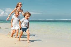 Szczęśliwy rodzinny bieg na plaży zdjęcie royalty free