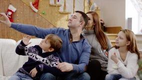 Szczęśliwy rodzinny bierze selfie salowy zdjęcie wideo
